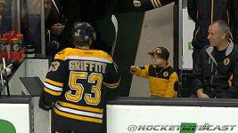 Malý fanoušek Bostonu si ťuká s hráči