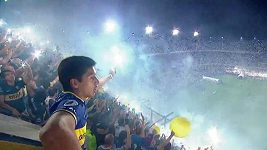 Derby v Argentině, ozářená Bonbonera. Stadión Boca Juniors