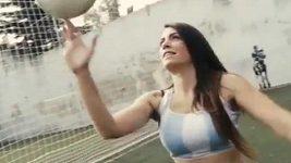 Fiorella Castillo žongluje s míčem