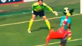 Úžasný gól Juniora Viza v Peru