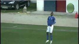 Fotbalista Dally stáhl trenky