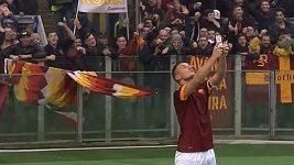Francesco_Totti_takes_a_selfie