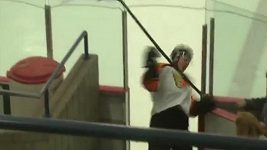 Mitchell Skiba si ublížil svou vlastní hokejkou