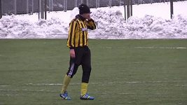 Fotbalista telefonuje při utkání