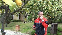 Pavel Horváth v hotelové zahradě.