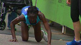 Hyvon Ngetichová při posledních 50 metrech na maratónu v Austinu.