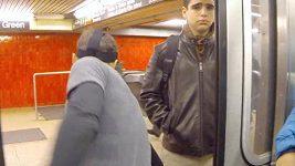 Sprint mezi stanicemi metra v New Yorku.