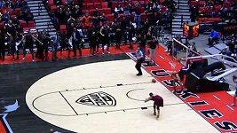 Basketbalista smečí poslal k zemi koš i s konstrukcí