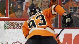 Malý Mason Hicks v šatně hokejistů Philadelphie