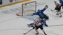 Parádní zákrok hokejkou gólmana Astany Jána Laca