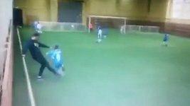 Ruský fotbalový trenér skopl žáčka