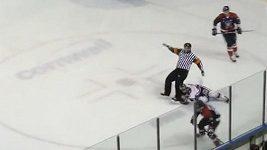 Hokejový sudí po drsném KO