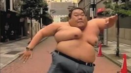 Zpomalený dramatický běh obezního chlapíka.