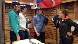 Český fedcupový tým v hokejové šatně