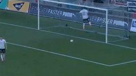 Neobvyklá reakce obránce po gólu