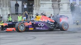 Ricciardo se předvedl s formulí před vídeňskou radnicí