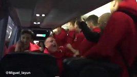 Když bylo jasno, že Watford postupuje, v autobuse týmu propukla bouře radosti.