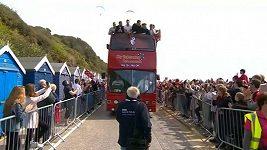 Hráči AFC Bournemouth a jejich fanoušci oslavují titul