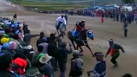 Na koňských dostizích v Peru vběhl na trať fanoušek