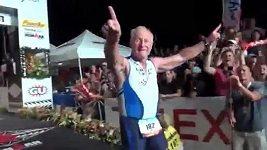 Lew Hollander dokončil v 82 letech triatlon. Ironman byl pokořen.