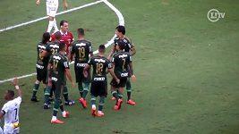Brazilský fotbalista Dudu strčil do rozhodčího