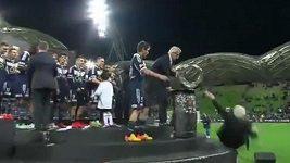 Prezident australského fotbalu spadl z pódia