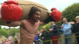Závodníci běhali s pytlem vlny na zádech