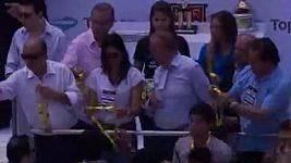 Takhle si José Maria Marin přivlastnil zlatou mediali, byl to prý dárek.