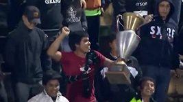 Fotbaloví fanoušci se zmocnili vítězných trofejí
