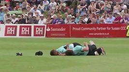 Tvrdá srážka spoluhráčů na kriketu
