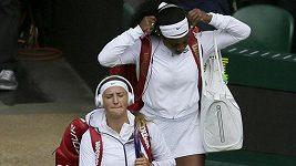 Williamsová s Azarenkovou vstupují na kurt se sluchátky na uších