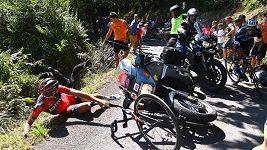 Doprovodný motocykl srazil Van Avermaeta