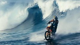 Robbie Maddison jezdí na motorce po vodě