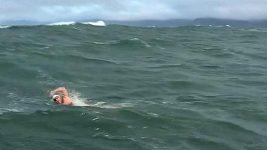 Kim Chambersová jako první žena úspěšně doplava z ostrova Farallon k mostu Golden Gate