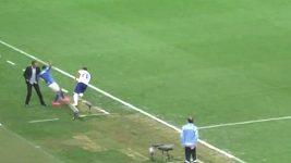 Fotbalista v Brazílii srazil trenéra a zlomil mu ruku