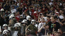 Brutální zásah řecké policie proti fanouškům Bayernu - video neobsahuje zvuk