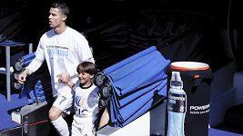 Malý Zaíd doprovází Cristiana Ronalda