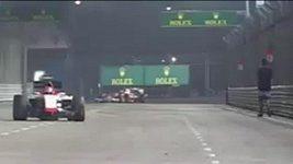 Opilý fanoušek na trati GP Singapuru