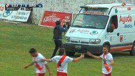Fotbalista z radosti, že dal gól, vběhl do přistavené sanitky