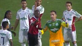 Vyloučený hráč se v Brazíli mohl vrátit z šatny - oprava