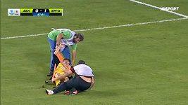 Zraněný hráč vypadl ošetřovatelům z nosítek. Dvakrát