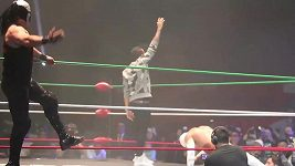 Šampión F1 Hamilton zkusil Lucha Libre wrestling