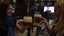 Kvitová natočila Šafářové slíbené pivo.