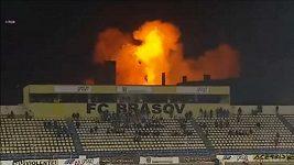 Přes plameny a výbuchy se fotbalový zápas v Rumunsku dohrál.
