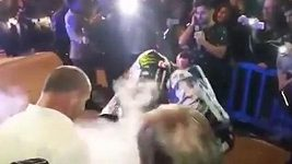 Lorenzo se při oslavách na Mallorce spálil o motorku