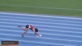 Rekord v běhu po čtyřech na 100 metrů.