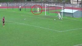 Fotbalista močil při zápase, hrozí mu trest
