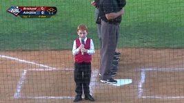 Chlapeček s problémy zpívá australskou hymnu před baseballovým zápasem