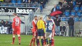 Rozhodčí Bibiana Steinhausová vylučuje Kerema Demirbaye z Düsseldorfu v utkání s FSV Frankfurt