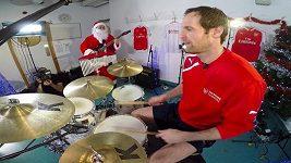 Vánoční muzicírování Petra Čecha a dalšího hráčů Arsenalu.